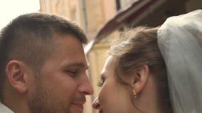 κίνηση αργή Η περπατώντας εκμετάλλευση ζεύγους παραδίδει την παλαιά ευρωπαϊκή πόλη της Ουκρανίας απόθεμα βίντεο
