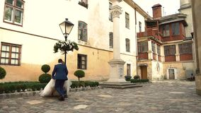 κίνηση αργή Η περπατώντας εκμετάλλευση ζεύγους παραδίδει την παλαιά ευρωπαϊκή πόλη της Ουκρανίας φιλμ μικρού μήκους