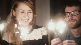 κίνηση αργή Νέα ευτυχής συνεδρίαση ζευγών στο σπίτι το βράδυ και την εκμετάλλευση τα sparklers, που απολαμβάνουν το χρόνο από κοι απόθεμα βίντεο