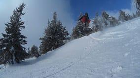 κίνηση αργή snowboarder πτώσεις μετά από ένα άλμα απόθεμα βίντεο