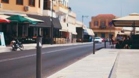 Κίνηση αυτοκινήτων Defocused κατά μήκος της οδού τουριστών στη μεσογειακή ευρωπαϊκή πόλη απόθεμα βίντεο