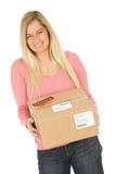 Κίνηση: Γυναίκα έτοιμη να στείλει τη συσκευασία Στοκ Φωτογραφία