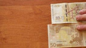 Κίνηση δύο ατόμων LEV και ευρώ τραπεζογραμματίων βουλγαρικό απόθεμα βίντεο