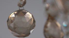Κίνηση ενός πολυελαίου κρυστάλλου πολυτέλειας Όμορφη ανασκόπηση αργά φιλμ μικρού μήκους