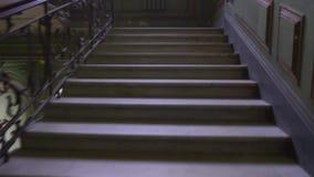 Κίνηση επάνω στην παλαιά σκάλα σπιτιών πόλεων Εκλεκτής ποιότητας παράθυρο και σκαλοπάτια 19ος αιώνας Η Αγία Πετρούπολη απόθεμα βίντεο