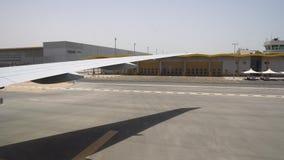 Κίνηση επιβατών αεροπλάνου επάνω στο τερματικό αερολιμένων Άποψη μέσω του παραθύρου αεροσκαφών στο διάδρομο απόθεμα βίντεο