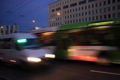Κίνηση λεωφορείων και μικρών λεωφορείων που θολώνεται Στοκ εικόνες με δικαίωμα ελεύθερης χρήσης