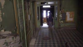 Κίνηση κάτω από την παλαιά σκάλα σπιτιών πόλεων Εκλεκτής ποιότητας πόρτες και σκαλοπάτια 19ος αιώνας Η Αγία Πετρούπολη απόθεμα βίντεο