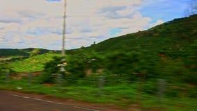 Κίνηση κατά μήκος του δρόμου με τους οικοδόμους από το λοφώδη μπλε ουρανό τοπίων απόθεμα βίντεο