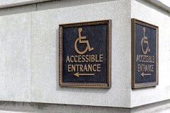 Κίνηση κατεύθυνσης δεικτών σημαδιών η αναπηρική καρέκλα στον πυρήνα οικοδόμησης Στοκ εικόνες με δικαίωμα ελεύθερης χρήσης