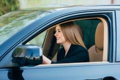 Κίνηση κοριτσιών ένα αυτοκίνητο με τη διαφορετική χειρονομία Στοκ εικόνες με δικαίωμα ελεύθερης χρήσης