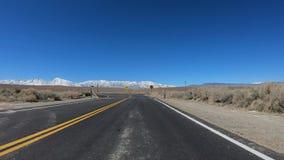 Κίνηση μέσω της κομητείας Inyo και Yosemite σε Καλιφόρνια απόθεμα βίντεο
