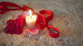 Κίνηση μήκους σε πόδηα του βαλεντίνου διακοσμήσεων, κάψιμο κεριών και κορδέλλα φιλμ μικρού μήκους