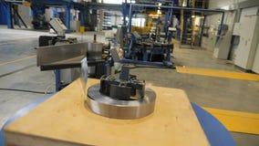 Κίνηση μετά από τη μηχανή που ξετυλίγει το λωρίδα μετάλλων περιπτώσεων μπαταριών απόθεμα βίντεο