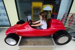 Κίνηση παιδιών ένα αυτοκίνητο παιχνιδιών Στοκ εικόνα με δικαίωμα ελεύθερης χρήσης