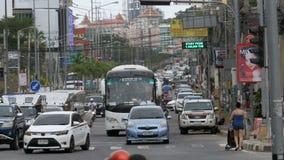 Κίνηση μοτοσικλετών και αυτοκινήτων κατά μήκος των ασιατικών δρόμων Κυκλοφορία-φορτωμένες ταϊλανδικές οδοί pattaya Ταϊλάνδη βοταν απόθεμα βίντεο