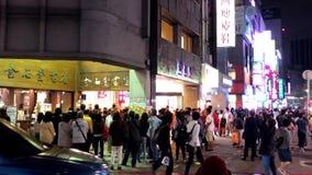 Κίνηση πολλών ανθρώπων που περιμένουν την είσοδο του διάσημου εστιατορίου απόθεμα βίντεο