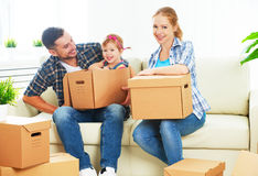 Κίνηση προς το νέο σπίτι Ευτυχής οικογένεια με τα κουτιά από χαρτόνι Στοκ φωτογραφία με δικαίωμα ελεύθερης χρήσης