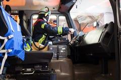 Κίνηση πυροσβεστών ένα πυροσβεστικό όχημα Στοκ Εικόνες