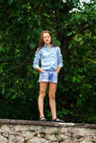 Κίνηση στην ενηλικίωση υπαίθριο πορτρέτο κοριτσιών εφηβικό στοκ εικόνες