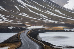 Κίνηση στην οδική καμπύλη στην Ισλανδία Στοκ εικόνες με δικαίωμα ελεύθερης χρήσης