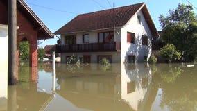 Κίνηση στις πλημμυρισμένες οδούς με τη βάρκα Πλημμυρισμένοι τομείς, χωριά, αγροκτήματα και σπίτια Συνέπεια της καταστροφής της πλ απόθεμα βίντεο