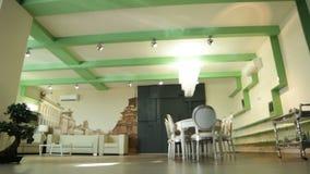 Κίνηση στο μεγάλο δωμάτιο με τον πίνακα πολυτέλειας με τις καρέκλες και τον καναπέ φιλμ μικρού μήκους
