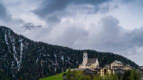 Κίνηση σύννεφων πέρα από την κοιλάδα βουνών και το αλπικό χωριό απόθεμα βίντεο