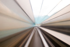 Κίνηση ταχύτητας στην αστική οδική σήραγγα εθνικών οδών Στοκ Φωτογραφία