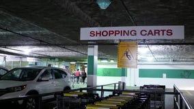 Κίνηση της ένωσης σημαδιών κάρρων αγορών στη στέγη στο χώρο στάθμευσης φιλμ μικρού μήκους