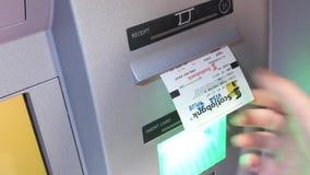 Κίνηση της γυναίκας που αποσύρει τα χρήματα που παίρνουν έπειτα την τραπεζική κάρτα και την παραλαβή φιλμ μικρού μήκους
