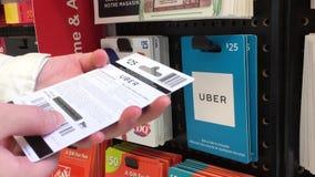 Κίνηση της γυναίκας που επιλέγει τη είκοσι πέντε κάρτα δώρων Uber δολαρίων φιλμ μικρού μήκους
