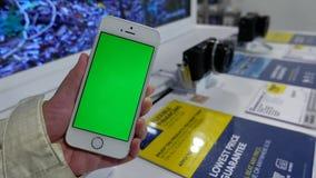 Κίνηση της γυναίκας που κρατά το πράσινο τηλέφωνο οθόνης μπροστά από τη ψηφιακή κάμερα επίδειξης στην πώληση απόθεμα βίντεο