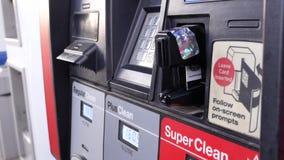 Κίνηση της γυναίκας που παρεμβάλλει την κάρτα πληρώνοντας το αέριο απόθεμα βίντεο