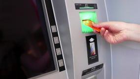 Κίνηση της γυναίκας που παρεμβάλλει την τραπεζική κάρτα για να αποσύρει τα χρήματα απόθεμα βίντεο