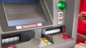 Κίνηση της γυναίκας που παρεμβάλλει την τραπεζική κάρτα απόθεμα βίντεο