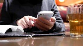 Κίνηση της γυναίκας που χρησιμοποιεί το τηλέφωνο με τους ανθρώπους θαμπάδων που τρώνε τα τρόφιμα και να κουβεντιάσει φιλμ μικρού μήκους