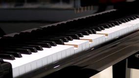 Κίνηση του αυτόματου παιχνιδιού πιάνων με τις αγορές ανθρώπων θαμπάδων φιλμ μικρού μήκους