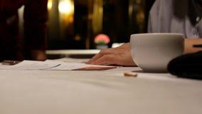 Κίνηση του εργαζομένου που εξηγεί την κάρτα μελών για τον πελάτη μετά από να φάει το γεύμα απόθεμα βίντεο