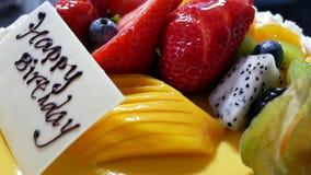 Κίνηση του κέικ γενεθλίων φρούτων σε ένα μαύρο υπόβαθρο απόθεμα βίντεο