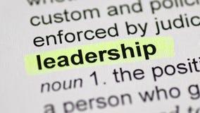 Κίνηση του κίτρινου δείκτη στη λέξη ηγεσίας φιλμ μικρού μήκους