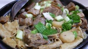 Κίνηση του καυτού δοχείου πρόβειων κρεάτων με το πράσινο κρεμμύδι μέσα στο κινεζικό εστιατόριο απόθεμα βίντεο