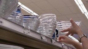 Κίνηση του κύπελλου γυαλιού αγοράς γυναικών μέσα στο φαρμακείο του Λονδίνου απόθεμα βίντεο