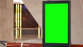 Κίνηση του μεγάλου πράσινου πίνακα διαφημίσεων οθόνης εκτός από την κυλιόμενη σκάλα απόθεμα βίντεο