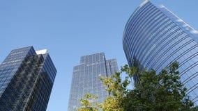 Κίνηση του μπλε ουρανού με τη φωτισμένη απεικονισμένη πρόσοψη γυαλιού απόθεμα βίντεο