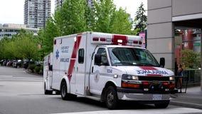 Κίνηση του περιμένοντας ασθενή αυτοκινήτων ασθενοφόρων στη δράση διάσωσης φιλμ μικρού μήκους