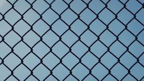 Κίνηση του προηγούμενου φράκτη ενάντια στο μπλε ουρανό απόθεμα βίντεο