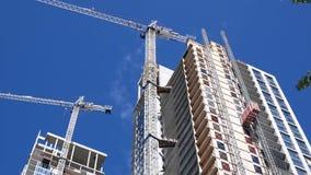 Κίνηση του σύγχρονου υψηλού κτηρίου ανόδου με το μπλε ουρανό απόθεμα βίντεο
