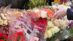 Κίνηση των ανθρώπων που αγοράζουν το λουλούδι απόθεμα βίντεο