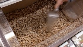 Κίνηση των ανθρώπων που αγοράζουν pinto τα φασόλια μέσα σε Superstore φιλμ μικρού μήκους